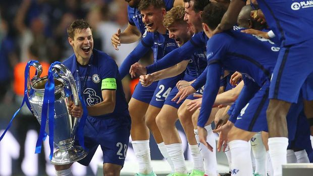 PORTO, PORTUGAL - MAY 29: Cesar Azpilicueta of Chelsea kisses the Champions League Trophy following their team's victory in the UEFA Champions League Final between Manchester City and Chelsea FC at Estadio do Dragao on May 29, 2021 in Porto, Portugal. (Photo by Carl Recine - Pool/Getty Images)