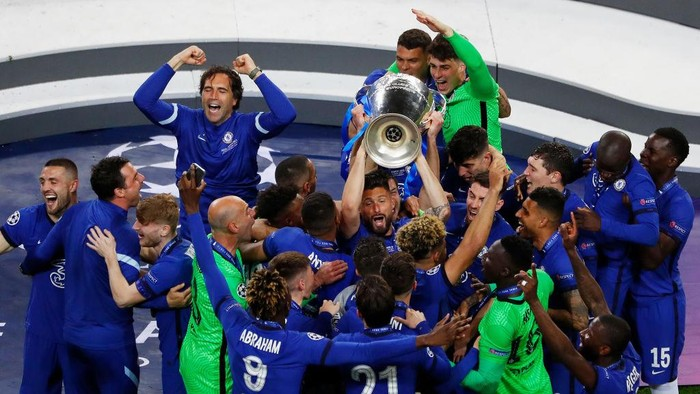 PORTO, PORTUGAL - MAY 29: Olivier Giroud of Chelsea celebrates with the Champions League Trophy following their teams victory in  the UEFA Champions League Final between Manchester City and Chelsea FC at Estadio do Dragao on May 29, 2021 in Porto, Portugal. (Photo by Susan Vera - Pool/Getty Images)