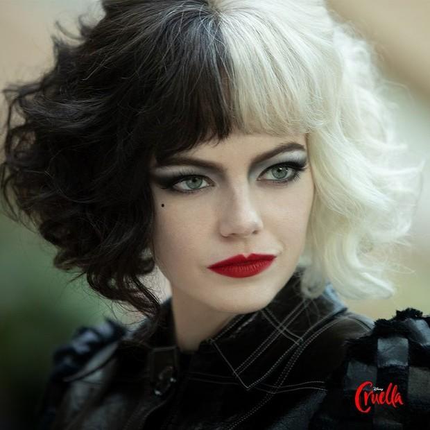 Emma Stone saat memerankan karakter Cruella dalam film Cruella.