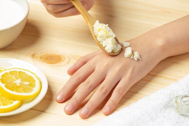 Ilustrasi lemon dan gula bisa dijadikan scrub yang untuk membuat terlihat pink alami/freepik.com