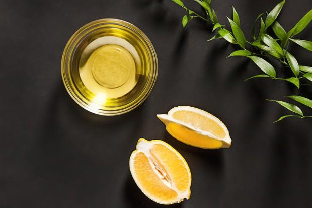 Ilustrasi minyak almon dan lemon membantu membuat bibir terlihat pink alami/freepik.com