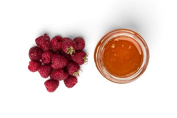 Ilustrasi raspberry madu dan aloe vera membantu membuat bibir pink alami/freepik.com