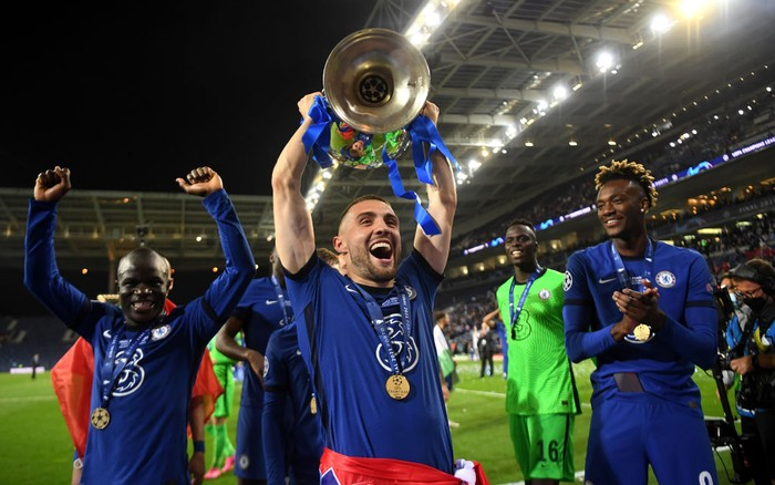 PORTO, PORTUGAL - MAY 29: Mateo Kovacic of Chelsea celebrates with the Champions League Trophy following their teams victory during the UEFA Champions League Final between Manchester City and Chelsea FC at Estadio do Dragao on May 29, 2021 in Porto, Portugal. (Photo by David Ramos/Getty Images)