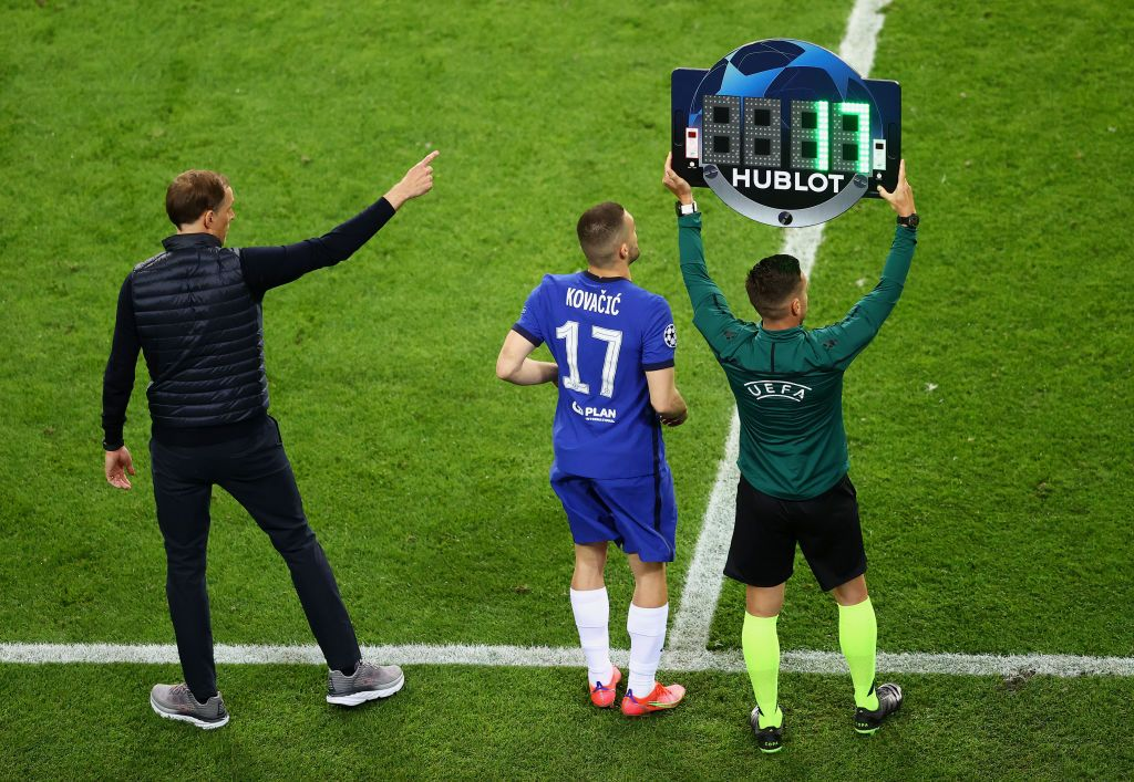 PORTO, PORTUGAL - MAY 29: Mateo Kovacic of Chelsea celebrates with the Champions League Trophy following their team's victory during the UEFA Champions League Final between Manchester City and Chelsea FC at Estadio do Dragao on May 29, 2021 in Porto, Portugal. (Photo by David Ramos/Getty Images)