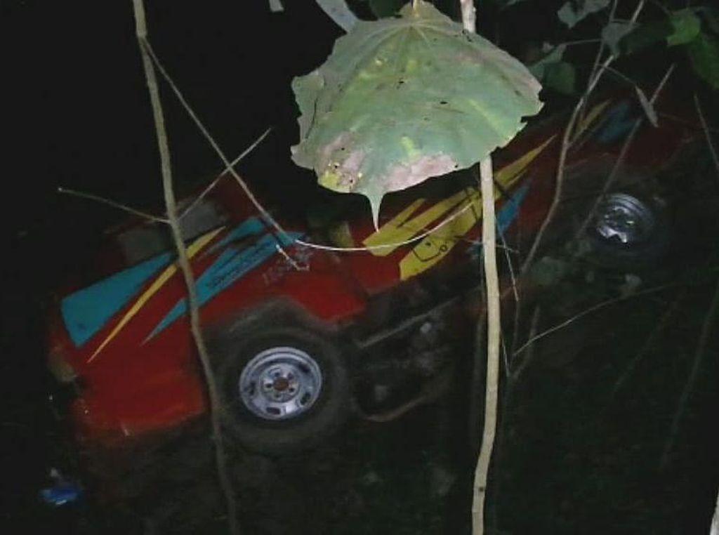 Mobil Bak Terbuka Terjun ke Jurang di Ciamis, 12 Orang Luka