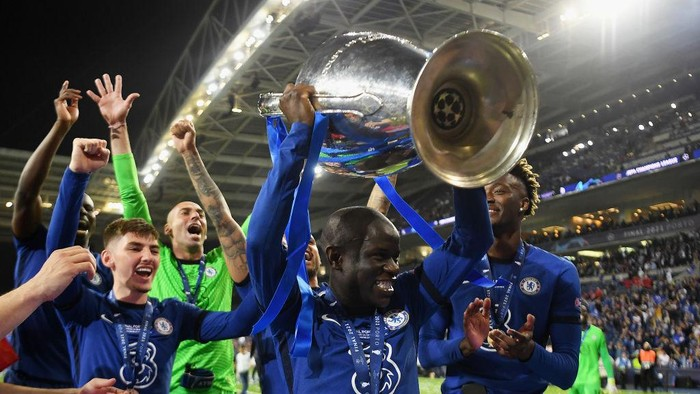 PORTO, PORTUGAL - MAY 29: Ngolo Kante of Chelsea celebrates with the Champions League Trophy following their teams victory during the UEFA Champions League Final between Manchester City and Chelsea FC at Estadio do Dragao on May 29, 2021 in Porto, Portugal. (Photo by David Ramos/Getty Images)