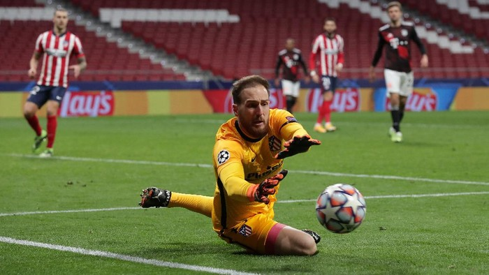 MADRID, SPAIN - DECEMBER 01: Goalkeeper Jan Oblak of Atletico de Madrid stops the ball during the UEFA Champions League Group A stage match between Atletico Madrid and FC Bayern Muenchen at Estadio Wanda Metropolitano on December 01, 2020 in Madrid, Spain. (Photo by Gonzalo Arroyo Moreno/Getty Images)