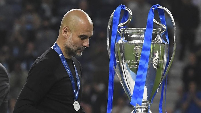 PORTO, PORTUGAL - MAY 29: Pep Guardiola, Manager of Manchester City walks past the UEFA Champions League trophy following defeat during the UEFA Champions League Final between Manchester City and Chelsea FC at Estadio do Dragao on May 29, 2021 in Porto, Portugal. (Photo by Pierre-Philippe Marcou - Pool/Getty Images)