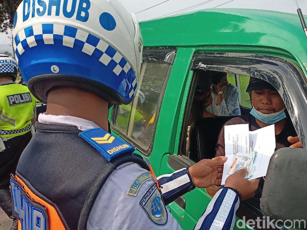 Angkot Ugal-ugalan Tabrak Pemotor di Bandung, Sopir Diduga Mabuk