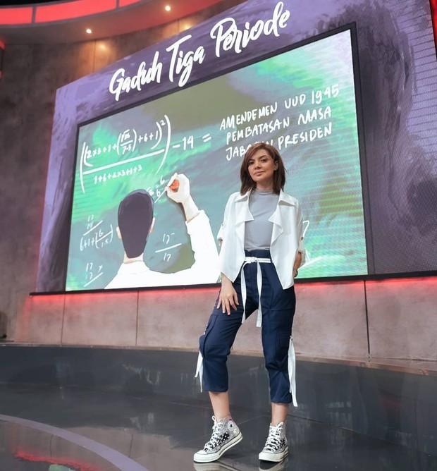Tampil modis saat syuting Mata Najwa dengan sneakers Converse