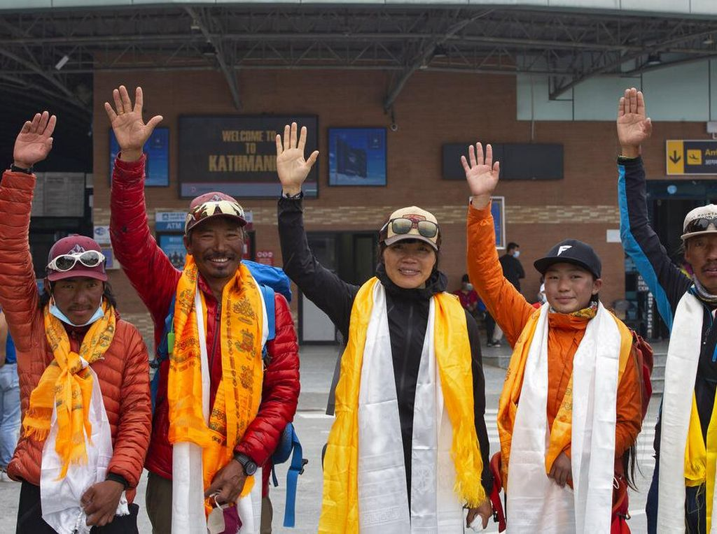 Perempuan Tercepat Capai Puncak Everest Itu Mantan Ibu Guru