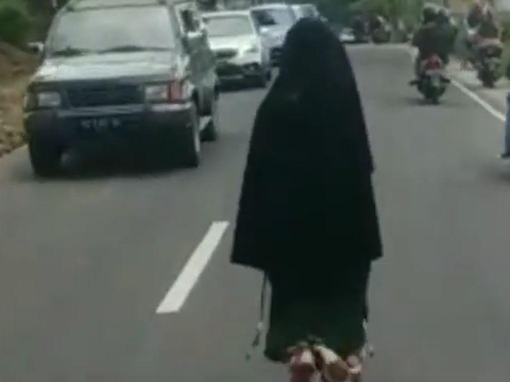 Siapa Perempuan Bercadar yang Viral Berjalan di Tengah Jalan Magetan?
