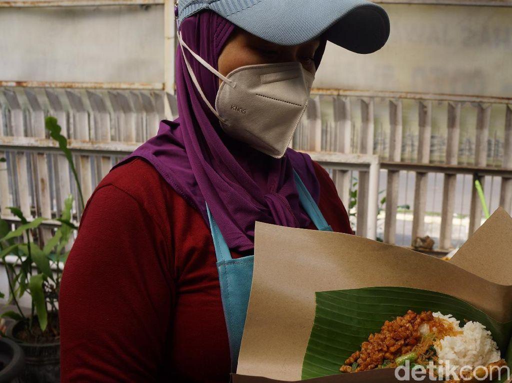 Melihat Nasi Bungkus Penolong Sesama Rp 2 Ribu di Bandung