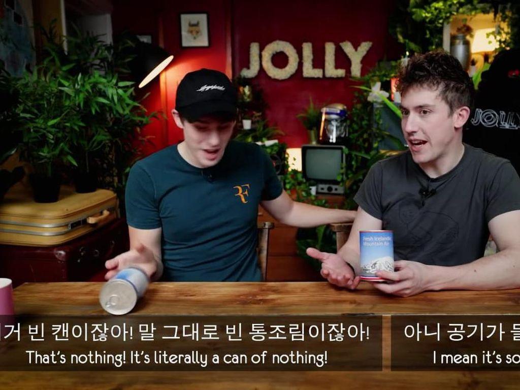 Nekat! Dua YouTuber Ini Cicip Daging Ular Kalengan