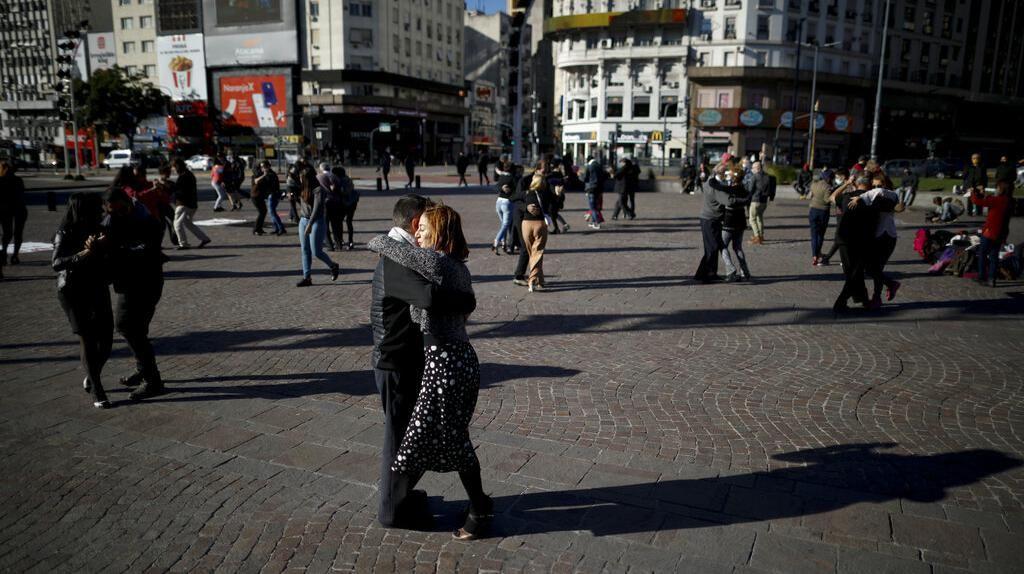 Kala Warga Argentina Ubah Alun-alun Jadi Tempat Menari Tango