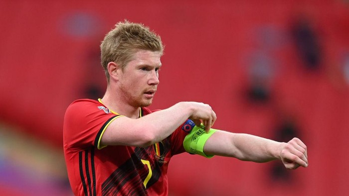 LONDON, ENGLAND - OCTOBER 11: Kevin De Bruyne of Belgium adjusts his armband during the UEFA Nations League group stage match between England and Belgium at Wembley Stadium on October 11, 2020 in London, England. Football Stadiums around Europe remain empty due to the Coronavirus Pandemic as Government social distancing laws prohibit fans inside venues resulting in fixtures being played behind closed doors. (Photo by Michael Regan/Getty Images)