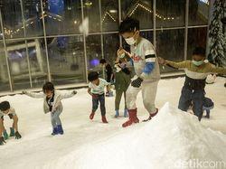 Libur Tanggal Merah, Anak-anak Antusias Main Salju