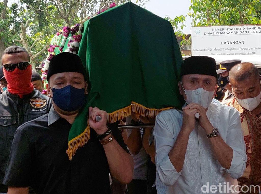 Momen Pemakaman Ibunda Ketua Umum PSSI M Iriawan di Bandung