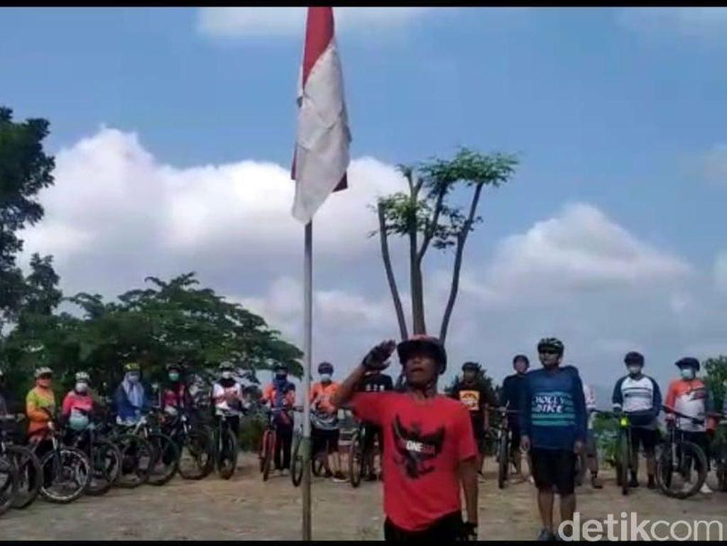 Peringati Hari Pancasila, Komunitas Sepeda Gunung Kulon Progo Gelar Upacara di Puncak Bukit