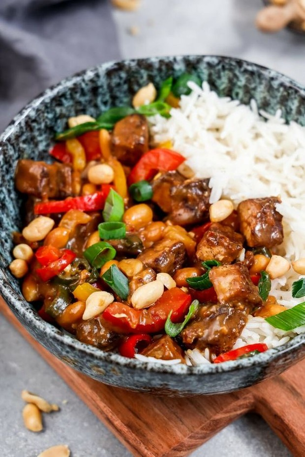 Tahu adalah bahan makanan yang banyak disukai oleh orang Indonesia.