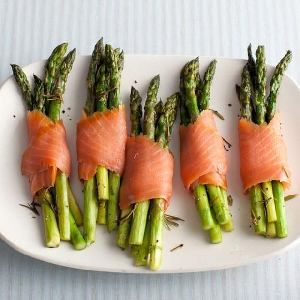 Asparagus dan salmon asap ini mungkin kelihatan mewah, tetapi sangat mudah dibuat.