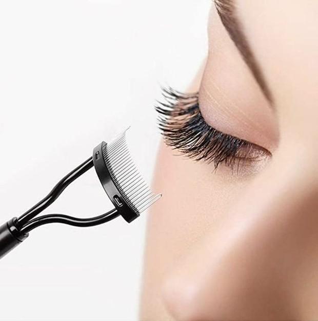 Gunakan spoole bersih untuk menyisir setiap set bulu mata dari akar ke ujung.