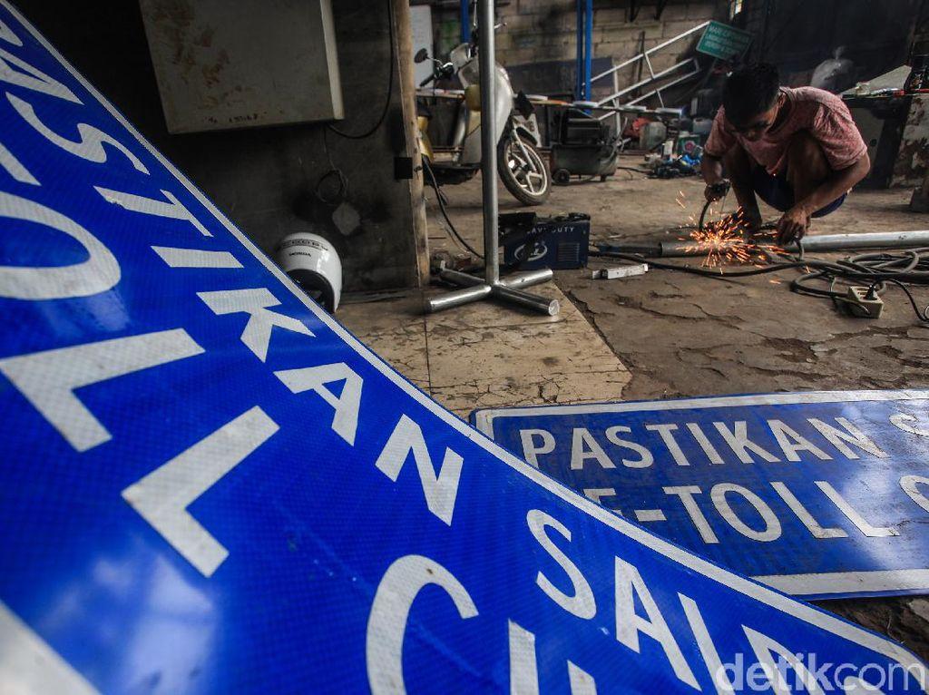 Geliat Perajin Marka Jalan di Tengah Pembukaan Tol Baru
