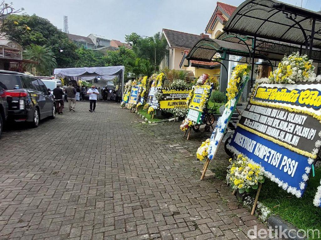 Karangan Bunga Penuhi Rumah Duka Ibunda Ketum PSSI M Iriawan di Bandung