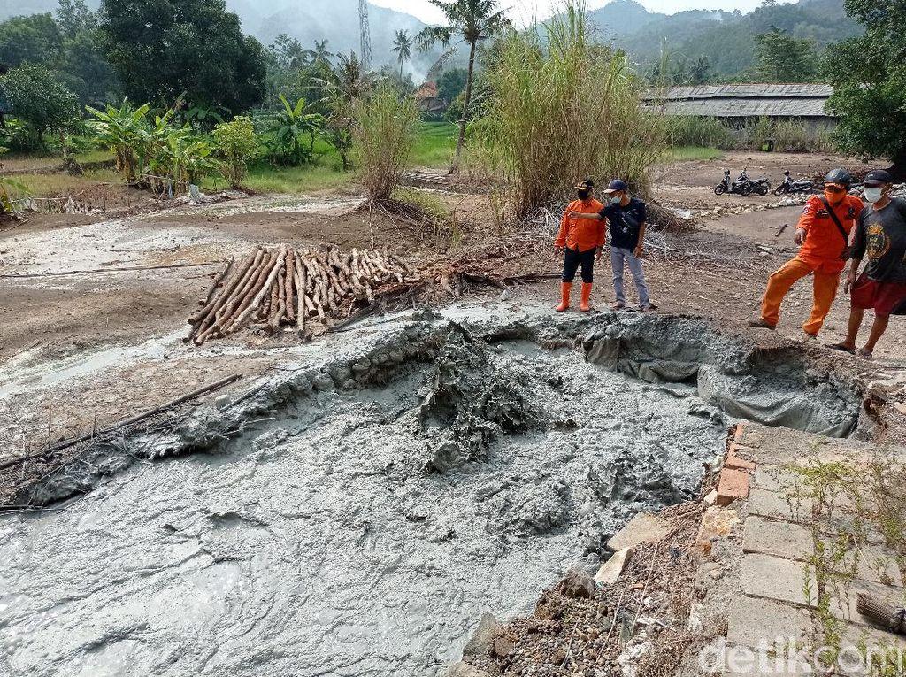 Semburan Lumpur Berbau Belerang Muncul di Desa Cipanas Cirebon
