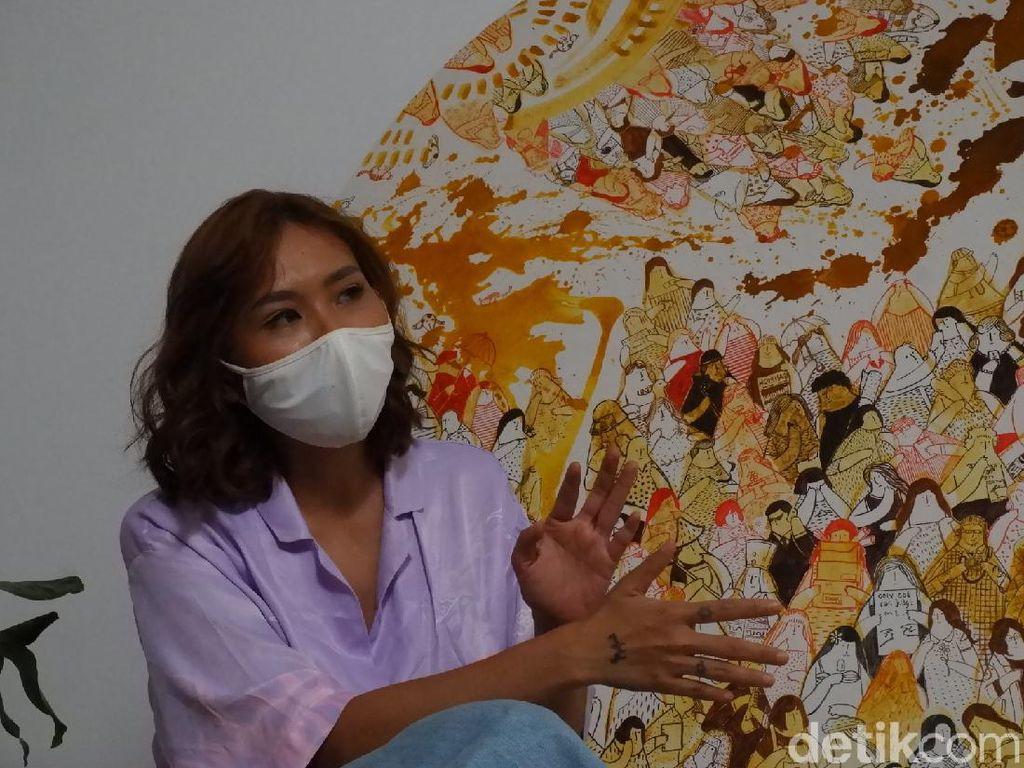 Unik! Seniman Bandung Buat Lukisan Pakai Bubuk Kunyit Hingga Urang-aring