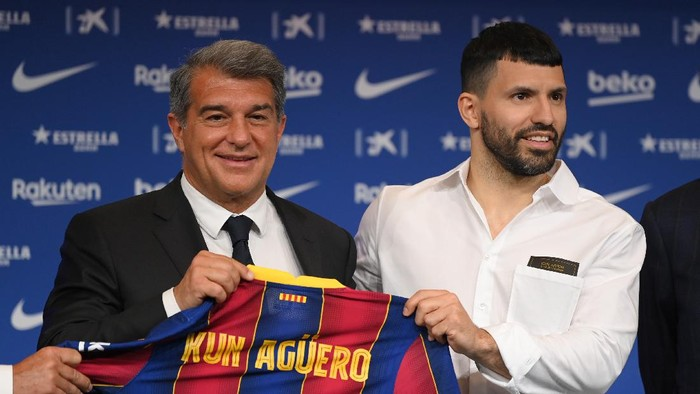 BARCELONA, SPAIN - MAY 31: Joan Laporta, President of FC Barcelona and Sergio Aguero hold a FC Barcelona shirt up as he is presented as a Barcelona player at the Camp Nou Stadium on May 31, 2021 in Barcelona, Spain. (Photo by David Ramos/Getty Images)