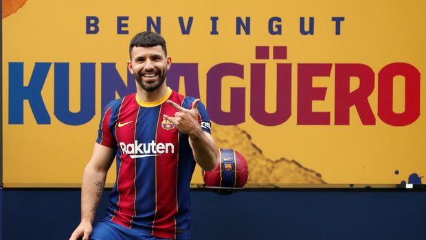 Soccer Football - FC Barcelona present new signing Sergio Aguero - Camp Nou, Barcelona, Spain - May 31, 2021 FC Barcelona's new signing Sergio Aguero poses during his presentation REUTERS/Albert Gea     TPX IMAGES OF THE DAY