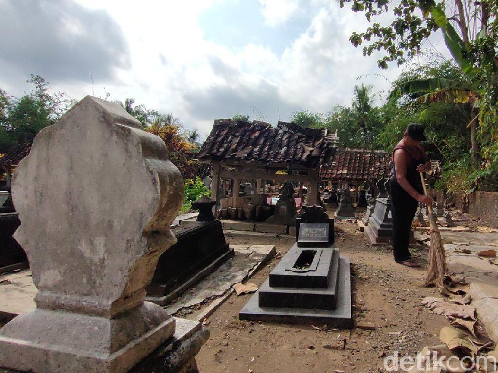 Hii! Warga di Cirebon Ini Hidup Berdampingan Dengan Kompleks Makam