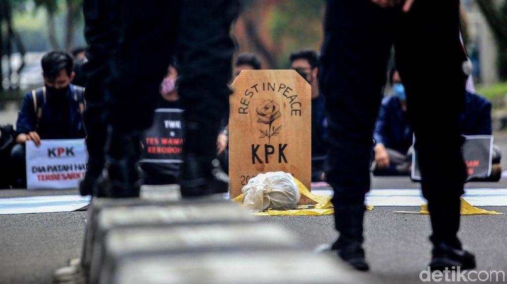 Bawa Batu Nisan dan Bendera Kuning, Mahasiswa Kritisi TWK KPK