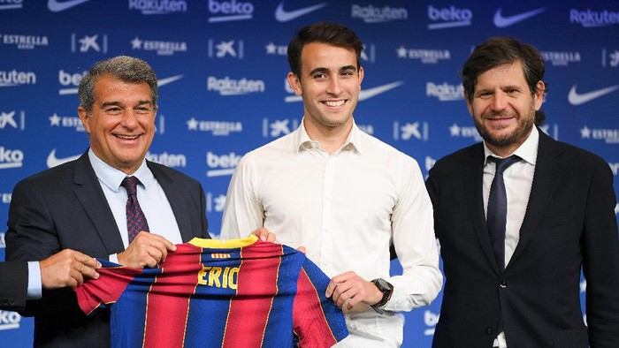 BARCELONA, SPAIN - JUNE 01: Joan Laporta, President of FC Barcelona, Eric Garcia and Mateu Alemany, Footbal Sport Director of FC Barcelona hold a FC Barcelona shirt up as he is presented as a Barcelona player at the Camp Nou Stadium on June 01, 2021 in Barcelona, Spain. (Photo by David Ramos/Getty Images)