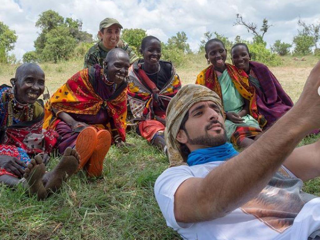 Ketika Pangeran Dubai Pamer Selfie Bareng Suku Maasai