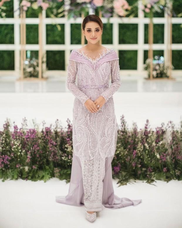 Kebaya warna lilac yang cocok untuk dipakai saat lamaran.