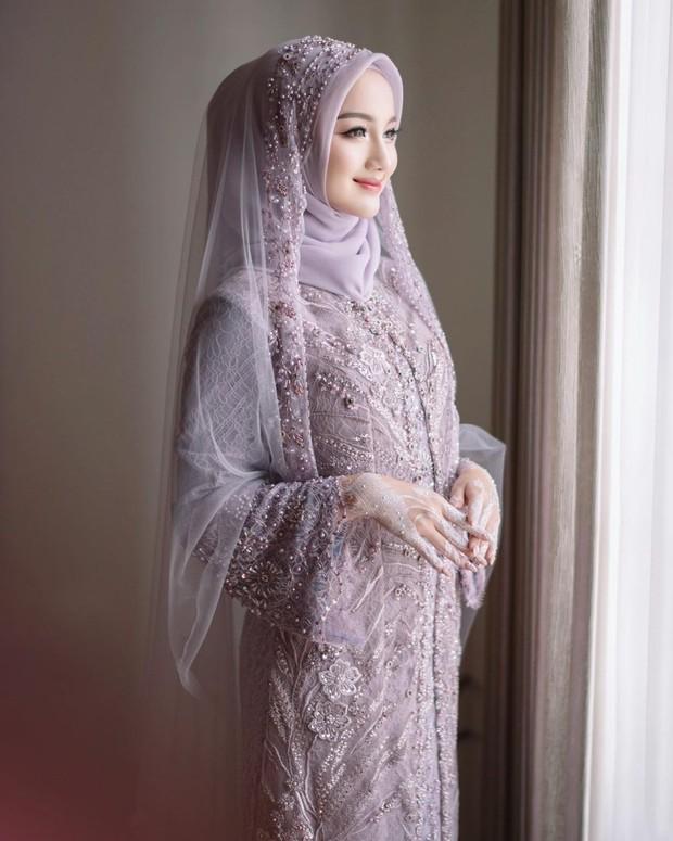 Kebaya lamaran warna lilac ala Nanda Arsyinta.