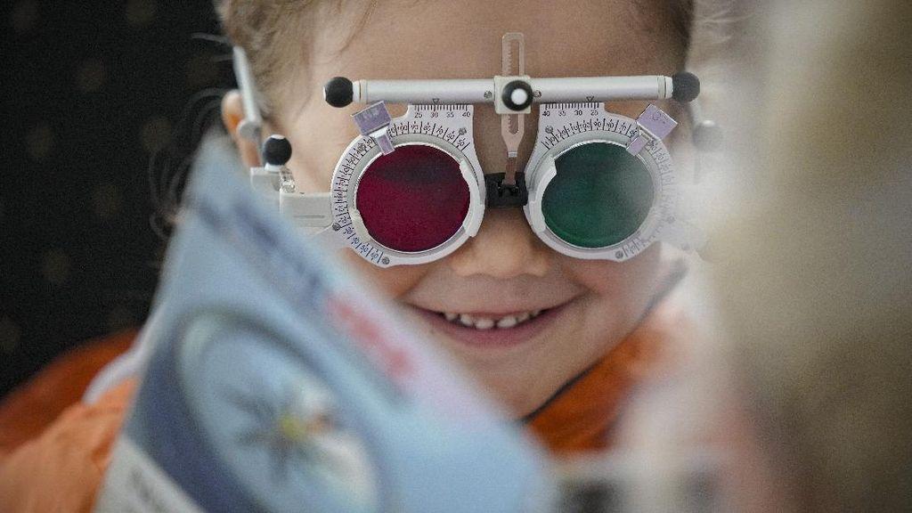 Kala Anak-anak Rumania Pertama Kalinya Periksa Mata