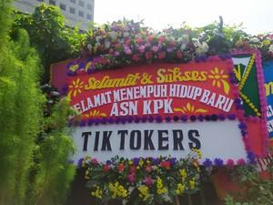 Gedung KPK Dibanjiri Karangan Bunga 'Selamat Hidup Baru ASN' dari TikTokers