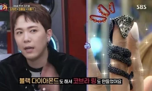 Lee Hongki menggunakan cincin berbentuk ular kobra (foto: koreaboo)