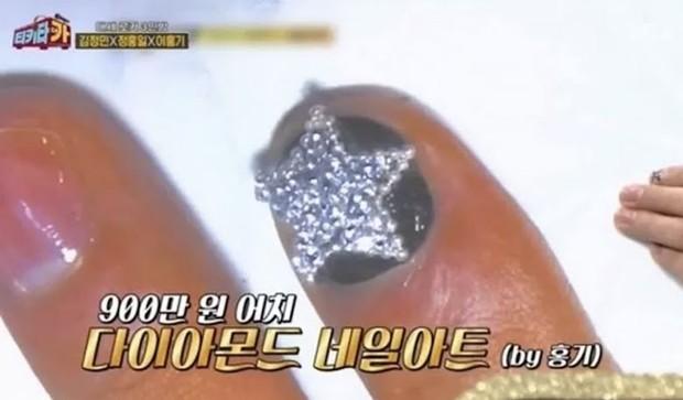Lee Hongki menggunakan nail art berlian (foto: koreaboo)