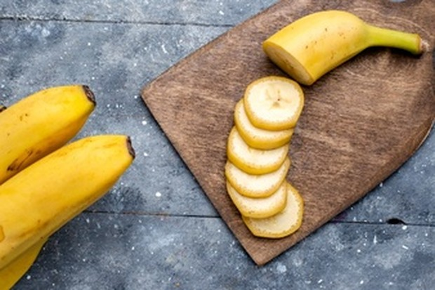 Pisang merupakan pelembab alami yang baik untuk kulit sensitif. Vitamin A yang terkandung dalam pisang mampu untuk mengembalikan kelembaban yang hilang dan memperbaiki kulit yang rusak, kusam, dan kering.