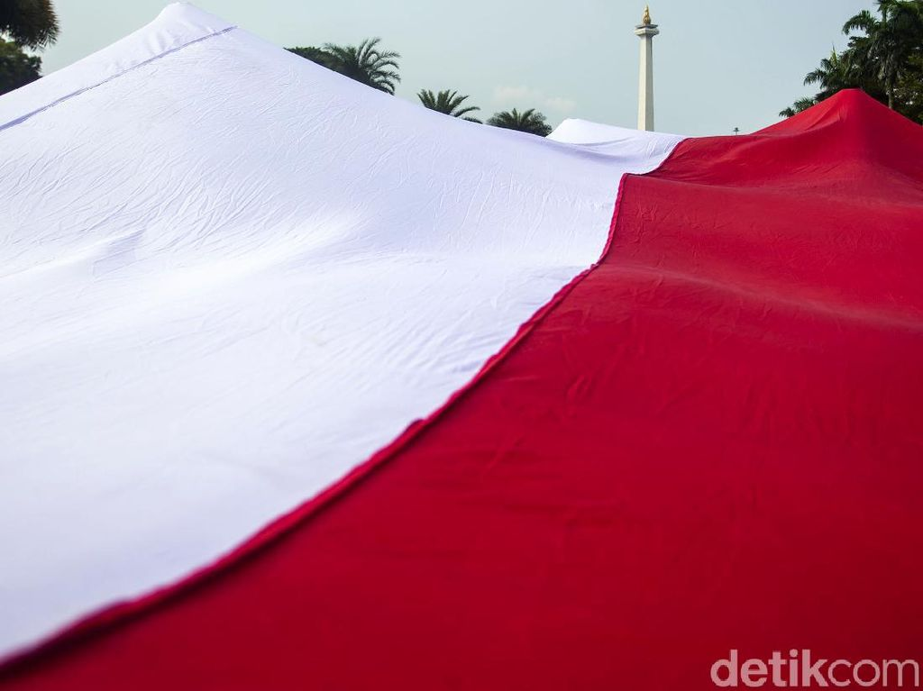 Saat Bendera Merah Putih Raksasa Hiasi Kawasan Monas