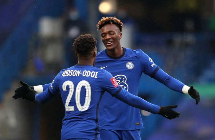 LONDON, ENGLAND - JANUARY 24: Tammy Abraham of Chelsea celebrates with team mate Callum Hudson-Odoi after scoring their sides third goal for their hat trick during The Emirates FA Cup Fourth Round match between Chelsea and Luton Town at Stamford Bridge on January 24, 2021 in London, England. Sporting stadiums around the UK remain under strict restrictions due to the Coronavirus Pandemic as Government social distancing laws prohibit fans inside venues resulting in games being played behind closed doors. (Photo by Catherine Ivill/Getty Images)