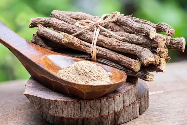 Licorice sebagai bahan alami skincare untuk kulit kusam dan inflamasi.