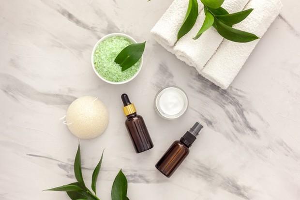 Tea tree oil sebagai bahan alami untuk skincare kulit kusam dan inflamasi.
