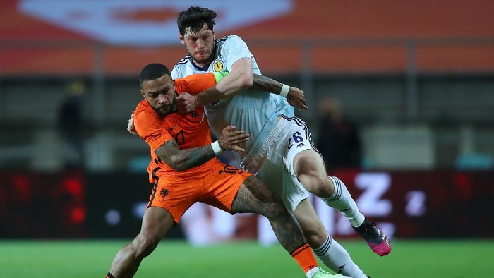 FARO, PORTUGAL - JUNE 02: Memphis Depay of Netherlands battles for possession with Scott McKenna of Scotland during the international friendly match between Netherlands and Scotland at Estadio Algarve on June 02, 2021 in Faro, Portugal. (Photo by Fran Santiago/Getty Images)