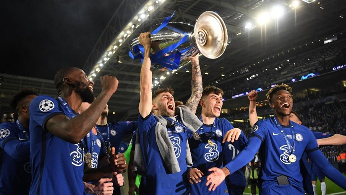 PORTO, PORTUGAL - MAY 29: Christian Pulisic of Chelsea celebrates with the Champions League Trophy alongside teammates Antonio Ruediger, Kai Havertz and Tammy Abraham following their teams victory during the UEFA Champions League Final between Manchester City and Chelsea FC at Estadio do Dragao on May 29, 2021 in Porto, Portugal. (Photo by David Ramos/Getty Images)