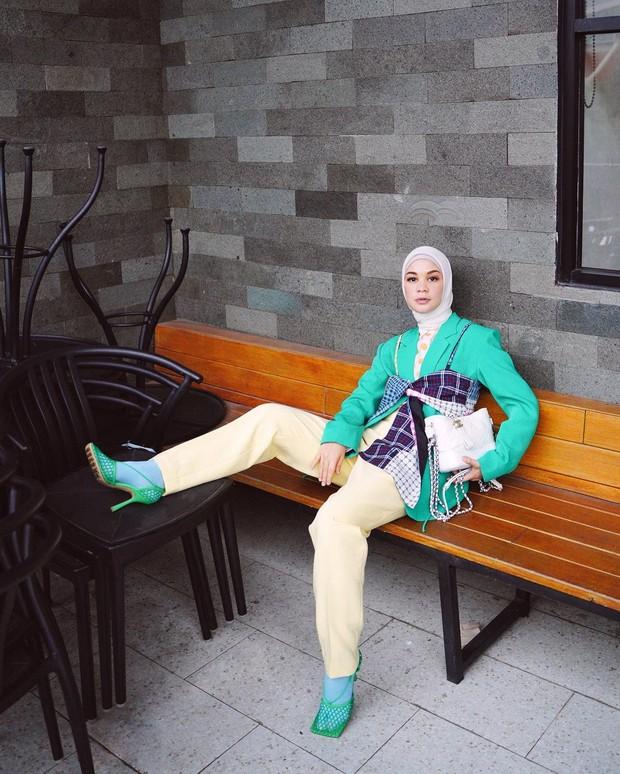 Fashion Girly Menggunakan Blazer / sumber : instagram/tantrinamirah